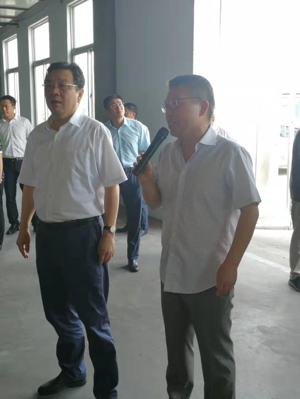 省委常委、统战部部长杨岳(左)现场听汇报
