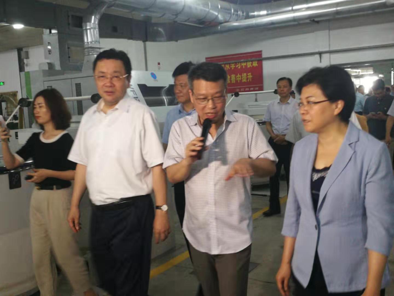 蒋跃东(中)介绍企业今后智能化发展目标。杨岳(左)、韩立明(右)